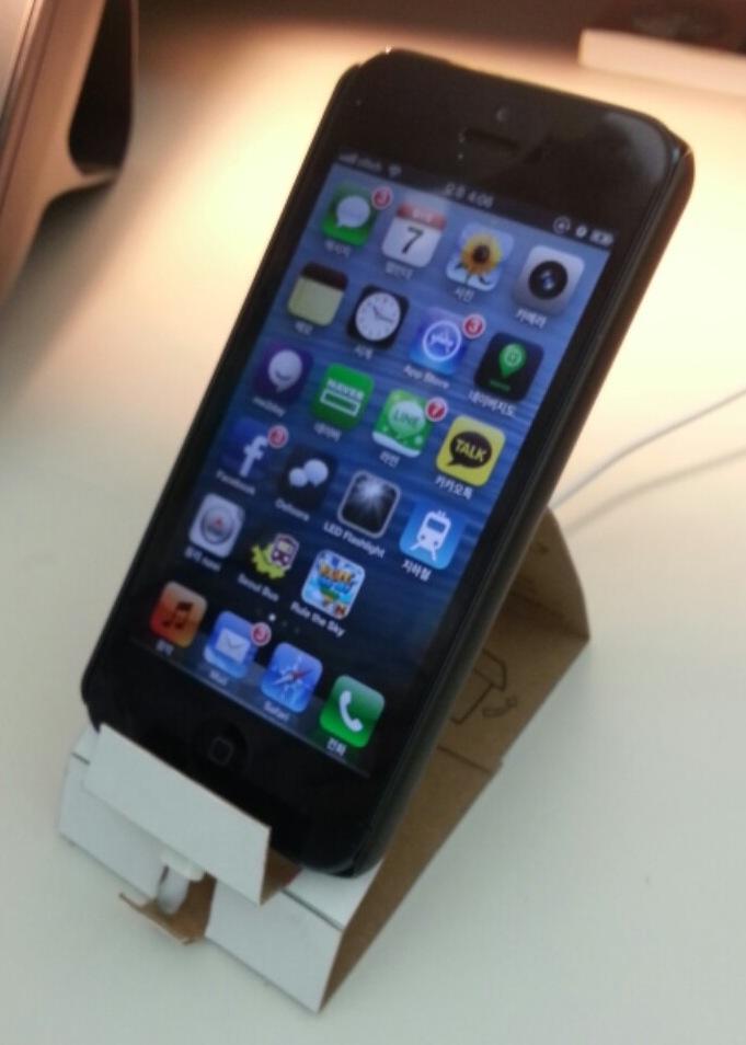 종이로 만든 아이폰5 거치대